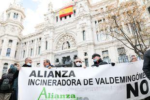 Participantes levantan un cartel de 'Incineradora de Valdemingómez no'.