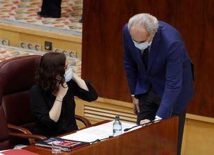 Isabel Díaz Ayuso y Enrique Ruiz-Escudero durante el Pleno especial de la Asamblea por la crisis sanitaria del Covid-19