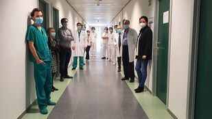 Doctor José María Aguado, jefe de la Unidad de Enfermedades Infecciosas del Hospital Universitario 12 de octubre, junto a otros profesionales de su hospital