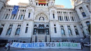 Asociaciones vecinales reclaman el cierra de la incineradora de Valdemingómez en CIbeles.