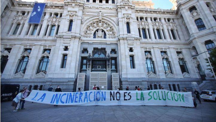 Colectivos ciudadanos se plantan ante Cibeles al grito de 'incineración no es solución' por 'amenaza' de Valdemingómez