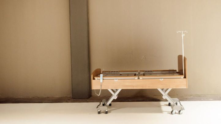 Una cama en un pasillo del hospital provisional de Ifema.