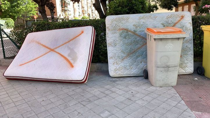 El caso de los colchones abandonados por las calles de Madrid