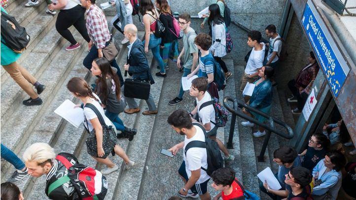 Estudiantes que se dirigen a realizar la Selectividad (EvAU)