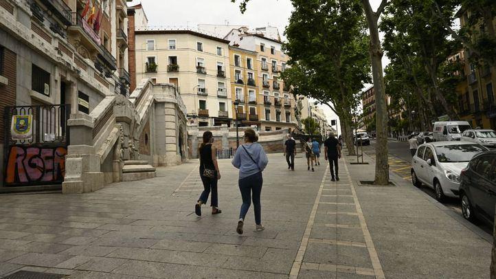 Personas paseando por la zona del Rastro