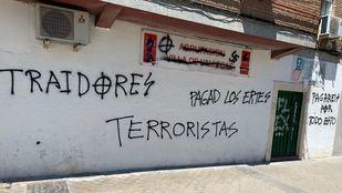 La sede del PSOE ha amanecido con diversas pintadas y mensajes