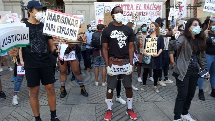 Multitud de manifestantes claman contra el racismo ante la embajada de EE.UU. en Madrid