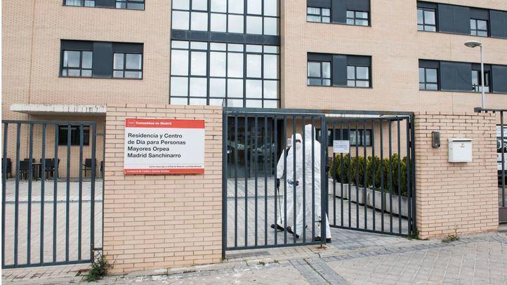 Militares de la Unidad Militar de Emergencias (UME) totalmente protegidos se disponen a entrar por la puerta de la Residencia y Centro de Día ORPEA Madrid Sanchinarro