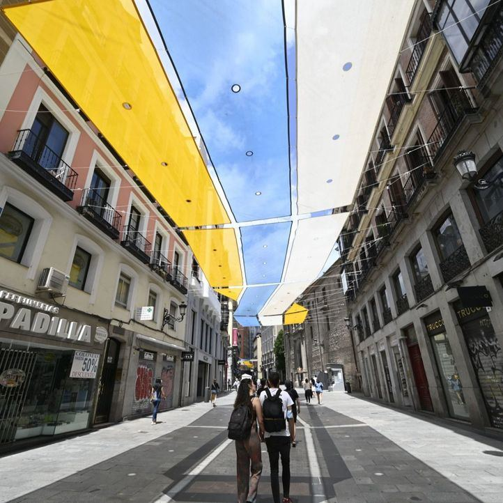 Vuelven los parasoles al eje comercial de Preciados