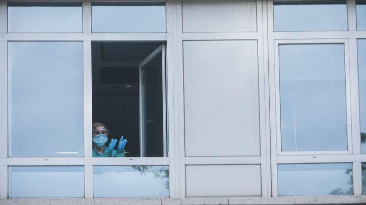Médico aplaudiendo desde el Hospital Clínico