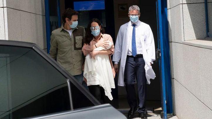 Malú y Albert Rivera con su bebé a la salida del hospital