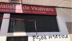 Aparecen pintadas en La Casa del Pueblo socialista de Vicálvaro con el mensaje de 'PSOE asesino'