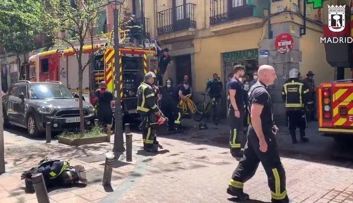 Cuatro agentes heridos leves y dos gatos muertos en el incendio de un piso en Malasaña