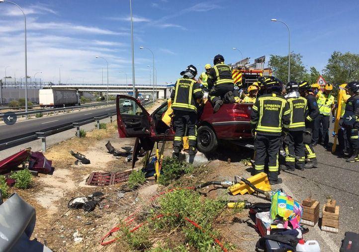 los Bomberos de la Comunidad de Madrid rescatan a un hombre atrapado en el interior de un vehículo, en una foto de archivo.