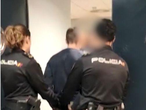 Agentes de Policía Nacional detienen a un hombre, en una foto de archivo.