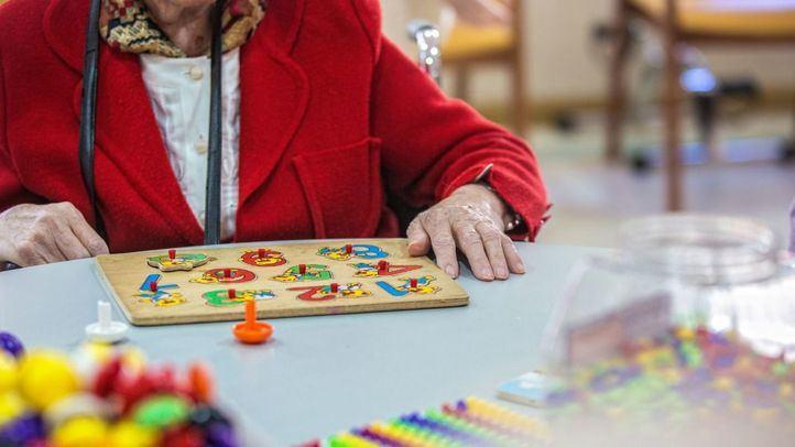 Madrid defiende la asistencia sanitaria a ancianos y revela que uno de cada dos ingresados tenía más de 70 años