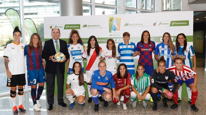 Ignacio Galán con los deportistas.