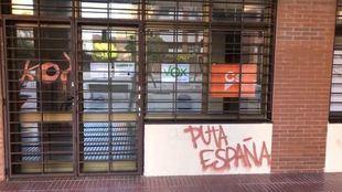 Pintadas en el edificio donde se ubican las sedes de Cs y Vox en Alcorcón