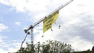 Activistas de Greenpeace despliegan una pancarta junto al Congreso en contra de subvenciones a empresas contaminantes