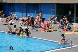 Gente tomando el sol en una piscina.