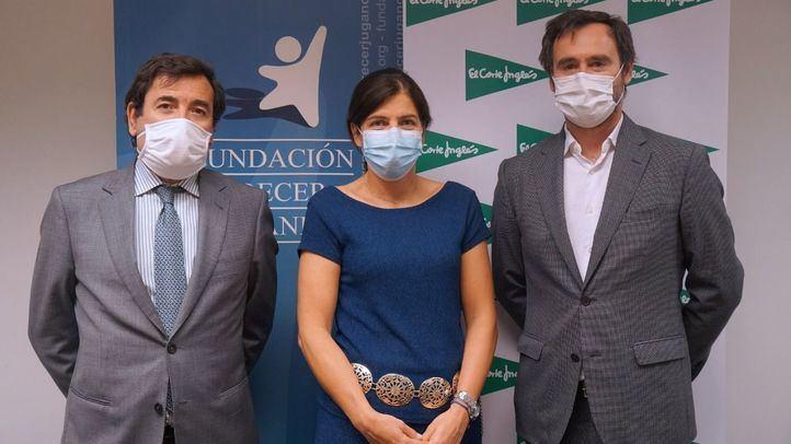 De izda a dcha. Carlos Cabanas y Guadalupe Corzo de El Corte Inglés y José Antonio Pastor de Fundación Crecer Jugando