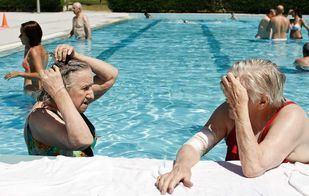 Mayores de un centro de día en la actividad de piscina.