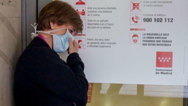 Enfermera descansa a la puerta de las Urgencias del Hospital Gregorio Marañón. [Imagen de archivo]