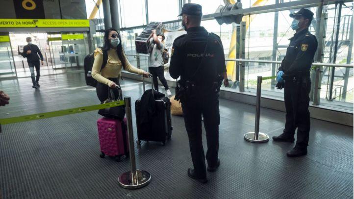 Observación visual y toma de temperatura a turistas en los aeropuertos