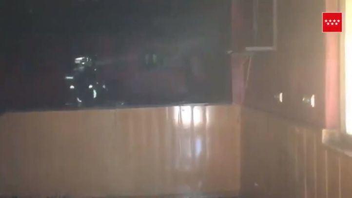 Los bomberos extinguen un incendio en un bar en reformas de Parla