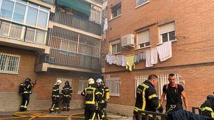 El fuego provocó una gran carga de humo en el bloque de viviendas.