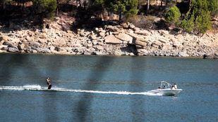 En el pantano de San Juan se pueden practicar varios deportes náuticos.