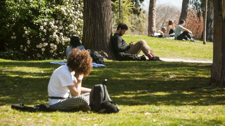 Los fuertes vientos aconsejan desalojar El Retiro y otros parques
