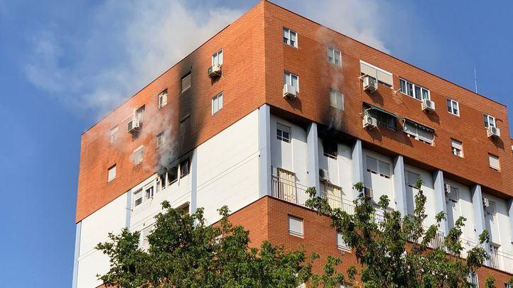 Intoxicada de gravedad una mujer en un incendio en Puente de Vallecas