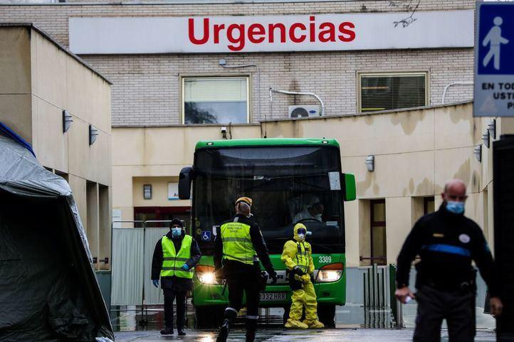 Imagen de archivo del traslado de pacientes contagiados con coronavirus de las Urgencias del Hospital Gregorio Marañón al Hospital de Campaña de Ifema.