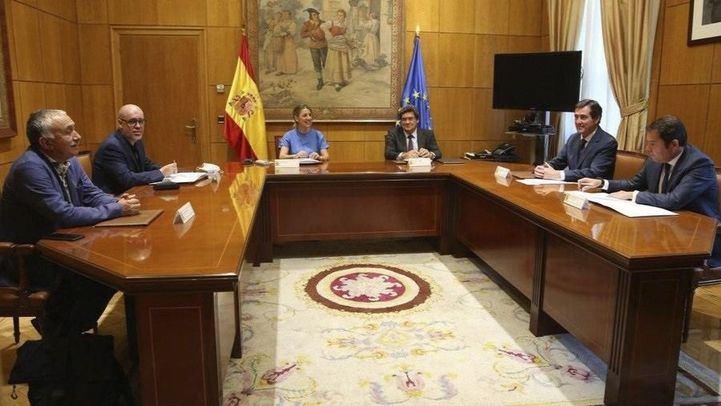 La ministra de Trabajo y Economía Social, Yolanda Díaz, junto con el ministro de Inclusión, Seguridad Social y Migraciones, José Luis Escrivá, y los agentes sociales.