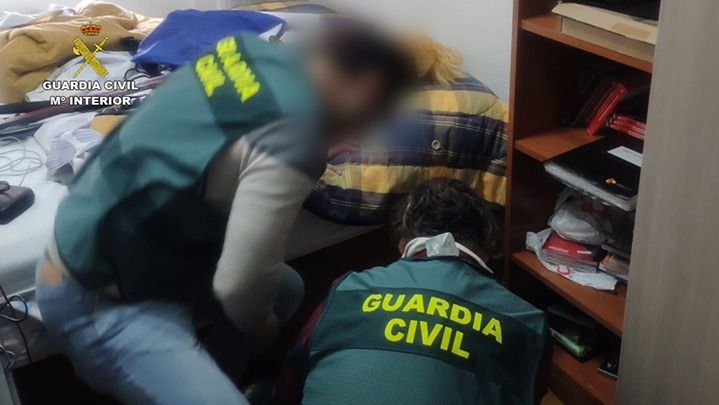 Agentes de la Guardia Civil en una operación contra el abuso sexual a menores