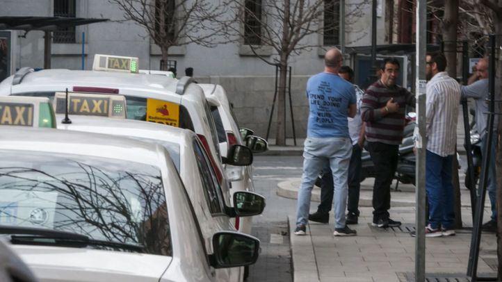 Taxistas esperan en una de las paradas habilitadas.