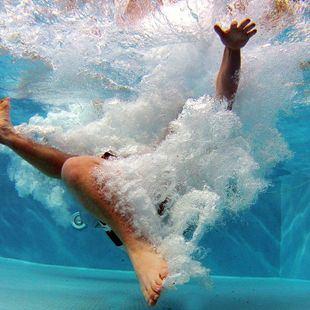 Casi la mitad de las piscinas comunitarias de la región se resiste a abrir este verano