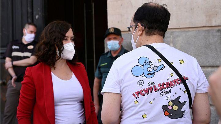 La presidenta de la Comunidad, Isabel Díaz Ayuso, charlando con un ciudadano