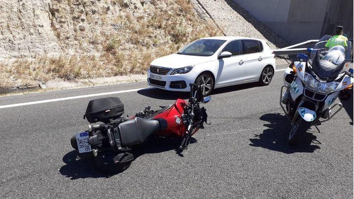 Muere un motorista al chocar contra otro en la M-501
