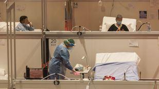 Mujer limpiando en el hospital provisional de Ifema.