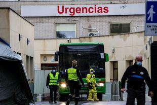 Traslado de pacientes contagiados con coronavirus de las Urgencias del Hospital Gregorio Marañón al Hospital de Campaña de Ifema. (Imagen de archivo).