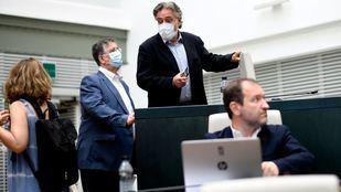 El portavoz socialista en el Ayuntamiento de Madrid, Pepu Hernández (d), durante la sesión plenaria en el Palacio de Cibeles.