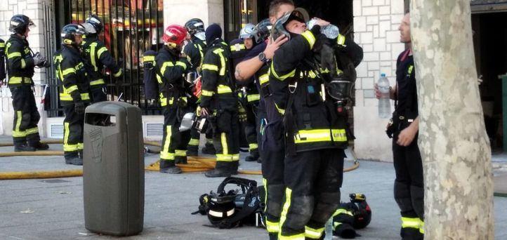 Los bomberos han extinguido el incendio declarado al lado de los Cines Embajadores