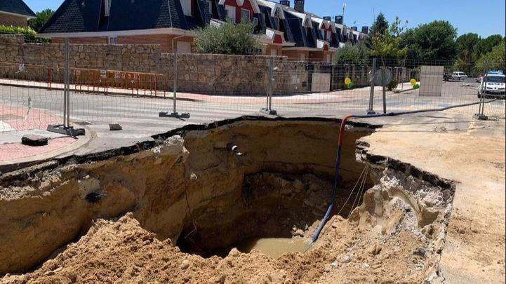 Una fuga de agua en la red de alcantarillado obliga a cortar la calle Sierra de Guadarrama en Arroyomolinos
