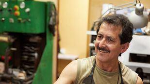 Luis Ernesto Núñez montó un taller de reparación de calzado en Oviedo con un microcrédito de MicroBank