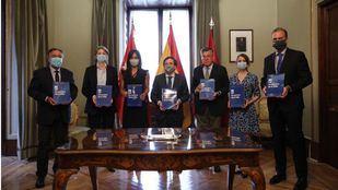 Los representantes de los diferentes partidos políticos en el Ayuntamiento de Madrid tras la firma de los Pactos