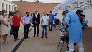 Almeida e Inmaculada Sanz en su visita a una de las carpas donde el Ayuntamiento realiza test a su personal