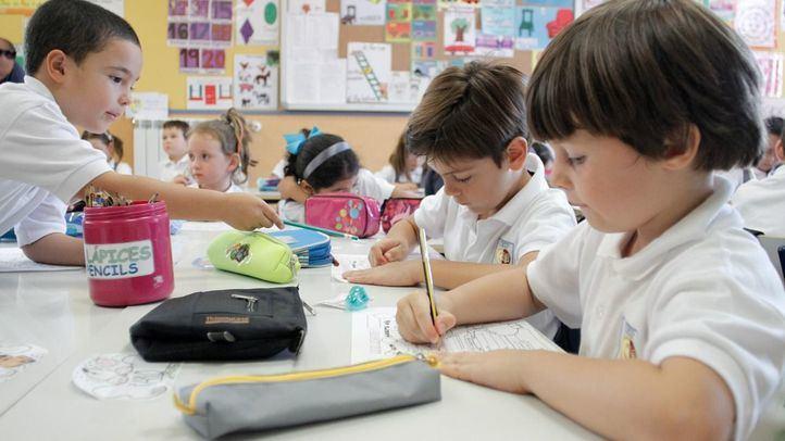 Varios alumnos en una clase de educación primaria.