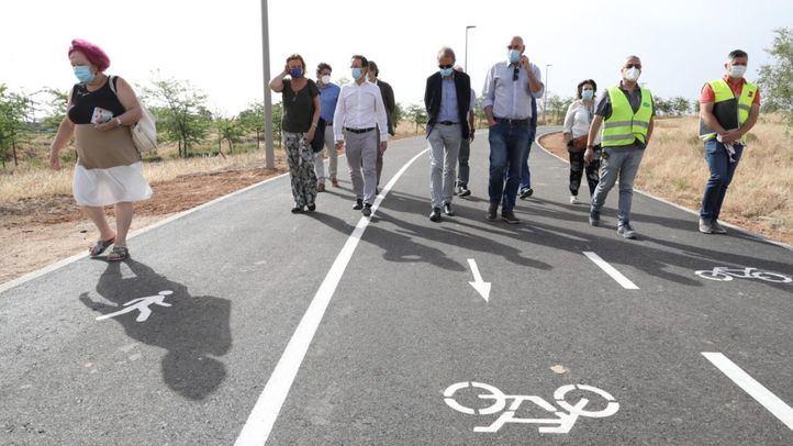 la delegada de Obras y Equipamientos, Paloma García Romero, y el concejal de San Blas-Canillejas, Martín Casariego en la visita a la zona